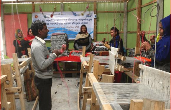 আটোয়ারীতে যুব মহিলাদের পাপোশ তৈরীর প্রশিক্ষণ চলছে