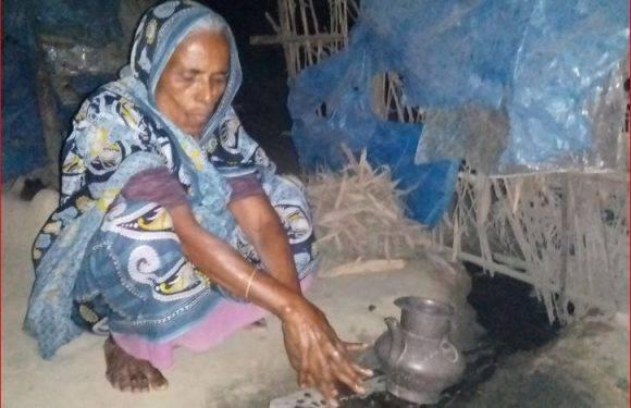 রানীশংকৈলে করিমন বেওয়া বৃদ্ধ বয়সেও পায়নি একটি টিউবওয়েল, একমাত্র ভরসা মসজিদের পানি